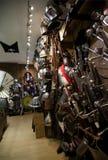 De middeleeuwse winkel van de wapenszwaarden van het ridderpantser Stock Foto