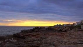 De Middellandse Zee in de avond zonsondergang over de oceaan stock footage