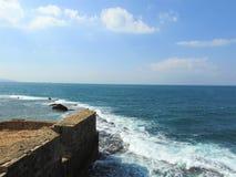 De Middellandse Zee dichtbij de muren van de oude stad van Acre israël royalty-vrije stock afbeeldingen