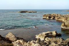 De Middellandse Zee, rotsachtige kust, lagune met Royalty-vrije Stock Afbeelding