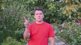 De midden oude knappe mens in rode t-shirt zegt nr en het niet houden van van aanbieding stock videobeelden