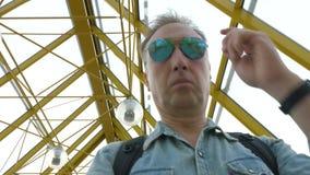De midden oude mens zet op zonnebril in metroclose-up stock footage