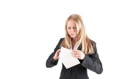 De midden oude vrouw opent een brief Stock Foto