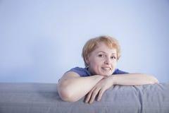 De midden oude vrouw zette haar handen op de rug van de laag Royalty-vrije Stock Foto's