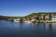 De Middenrivier van Moezel met Traben - een deel van de mooie stad van traben-Trarbach, Rijnland-Palatinaat, Duitsland royalty-vrije stock afbeelding