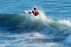 De Mijlen Clanton die van Surfer in Kerstman Cruz, Californië surfen stock foto