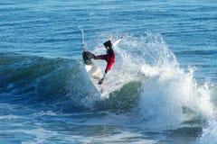 De Mijlen Clanton die van Surfer in Kerstman Cruz, Californië surfen stock afbeeldingen