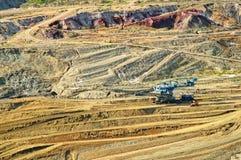 De mijn van de muuroppervlakte met blootgestelde gekleurde mineralen stock afbeeldingen
