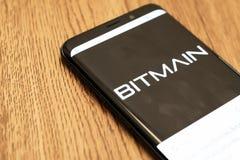 De Mijnbouw App Logo On Cell Phone van Bitmaincyrptocurrency Bitcoin stock foto