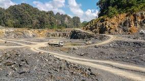 De mijnbouw is de extractie van waardevolle mineralen van de aarde Royalty-vrije Stock Afbeelding