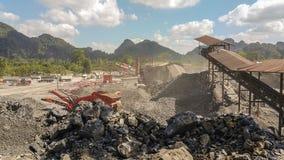 De mijnbouw is de extractie van waardevolle mineralen van de aarde Royalty-vrije Stock Afbeeldingen