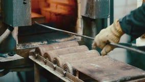 De mijnbouwfabriek van de fornuis hete gouden baar stock videobeelden