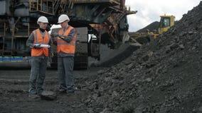 De mijnbouwmens van de open kuilarbeider stock videobeelden