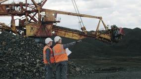 De mijnbouwmens van de open kuilarbeider stock video