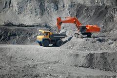 De mijnbouwvrachtwagen van de graafwerktuiglading Stock Foto's