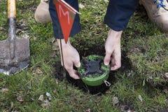 De mijnwerker graaft een mijn Ontmijning van het grondgebied de kerels graaft een mijn op een mijnenveld de dienst in leger Het g stock foto's