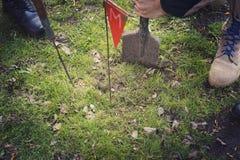 De mijnwerker graaft mijn Ontmijning van het grondgebied de kerels graaft een mijn op een mijnenveld de dienst in leger Het gevaa royalty-vrije stock afbeelding