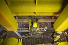 De mijnwerker van de kabeltoegang het werk de kunsthoogte die veiligheidshelm, uitrusting het hangen het werk het plaatsen Y drag stock afbeelding