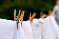 De milieuvriendelijke witte wasserij die van de waslijn in openlucht drogen stock foto's