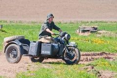 De militair berijdt een fiets van BMW R12 Stock Afbeeldingen