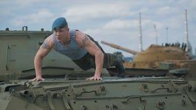 De militair die op de tank wordt geduwd Opleiding op een militaire basis stock video