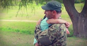 De militair herenigt zich met zijn dochter stock footage