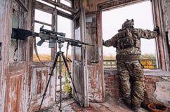 De militair kijkt uit het venster stock fotografie