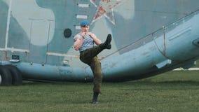 De militair leidt het vechten vaardigheden op Hij voert een reeks van ponsen en het schoppen uit stock video