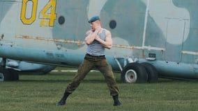 De militair leidt het vechten vaardigheden op Hij voert een reeks van ponsen en het schoppen uit stock footage