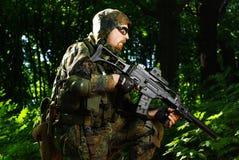 De militair met automatisch geweer Royalty-vrije Stock Foto
