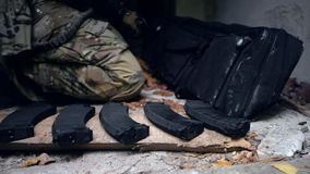 De militair neemt het geweer van de zak stock footage