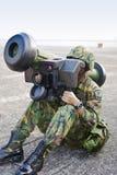 De militair stelt raketlanceerinrichting in werking Stock Foto