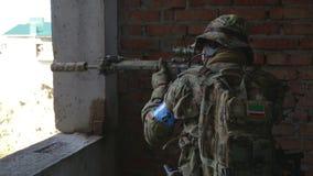 De militair streeft naar het doel tijdens de opdracht stock footage