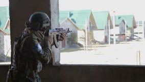 De militair streeft naar het doel tijdens de opdracht stock videobeelden