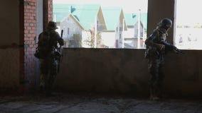 De militair streeft naar het doel tijdens de opdracht stock video