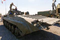 De militair toont bezoekers de mobiele verkenning post prp-4A stock foto