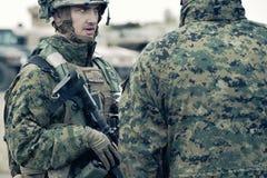De militair van de V.S. met halfautomatisch geweer stock foto's
