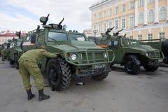 De militair van het Russische leger bereidt de Tijgerpantserwagen voor een militaire parade ter ere van Victory Day voor Stock Fotografie