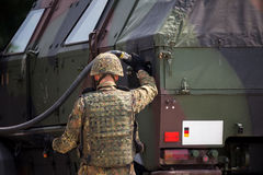 De militair voorziet een militaire gepantserde vrachtwagen van brandstof stock foto's