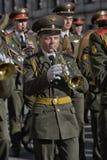 De militaire bandmarsen op de overwinning paraderen stock foto
