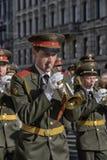 De militaire bandmarsen op de overwinning paraderen stock afbeeldingen
