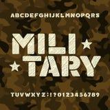 De militaire doopvont van het stencilalfabet Slordige gewaagde letters en getallen op camoachtergrond vector illustratie