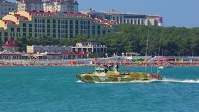 De militaire landende snelheidsboot met wapens opent op blauwe oppervlakte van overzees verlatend schuimsporen stock videobeelden