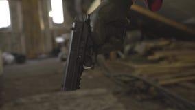 De militaire mens met een kanon en maakt een verschillend soort gezicht stock video