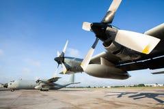De militaire vervoervliegtuigen op baan bij een luchthaven in Azi?, worden hoofdzakelijk gebruikt om troepen en oorlogslevering t stock foto's