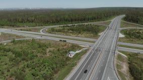 De militaire voertuigen zijn aan de kant van de weg voor de brug Luchtmening 4K stock footage