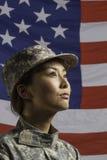 De militaire vrouw voor de vlag van de V.S., verticale Militaire vrouw voor de V.S. markeert, verticaal royalty-vrije stock afbeeldingen