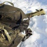 De militaire wandelingsrugzak ligt op de heldere sneeuw stock afbeeldingen