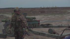 De militairen bereiden een tank vóór vuren voor stock video