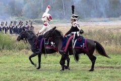 De militairen berijdt een bruin paard. Royalty-vrije Stock Afbeelding